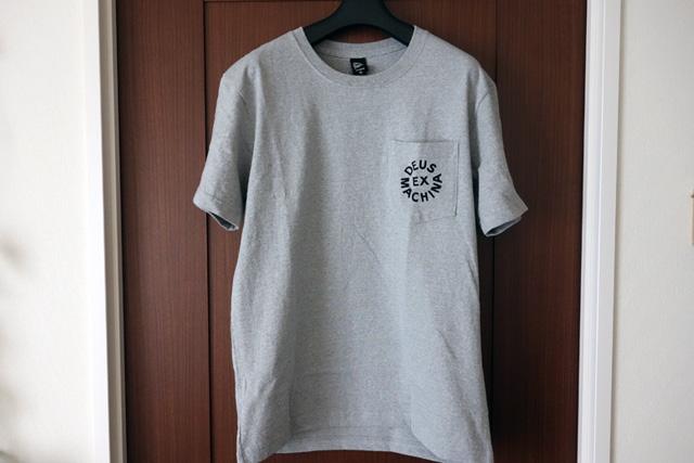 夏の一枚「DEUS EX MACHINA デウス エクス マキナのDEUSロゴポケットTシャツ」